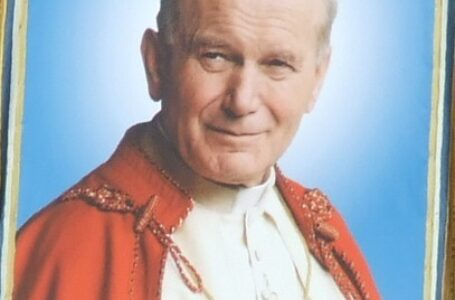 Pápež Ján Pavol II: Biskup vbielom pod materinskou ochranou Panny Márie