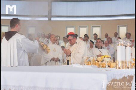 Svätá omša, kotrú celebroval kardinál Vinko Pulič. Mladifest, Medžugorie 04.08.2019