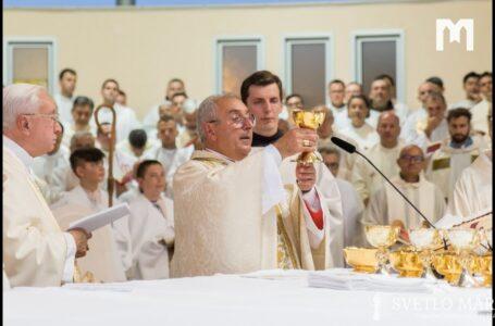 Svätá omša, ktorú celebroval kardinál Angelo de Donatis. Mladifest, Medžugorie 01.08. 2019
